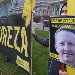Amnesty Internationalin mielenosoitus Ahmadreza Djalalin kuolemantuomiota vastaan Iranin Brysselin-suurlähetystön edustalla 30. marraskuuta 2020.