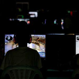 Ungdomar som spelar datorspel.