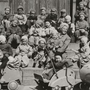 Lastentarhalaisia ryhmäkuvassa Uspenskin katedraalin portailla.