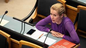 Den estniska oppositionsledaren Kaja Kallas sitter vid sin pulpet i parlamentet i Tallinn.