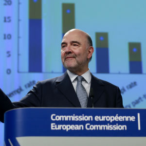 Pierre Moscovici i en talarstol.