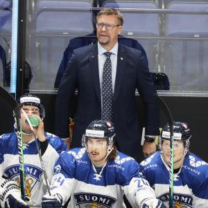Förbundskapten Jukka Jalonen bakom spelarbänken i EHT-matchen mot Ryssland.