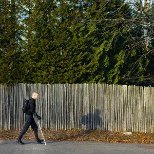 Mikko Huttunen kävelee kadulla.