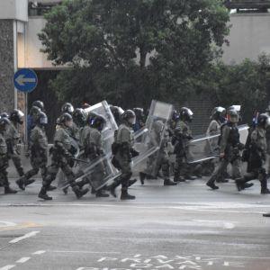 Poliser i kravallutrustning på Hongkongs gator.