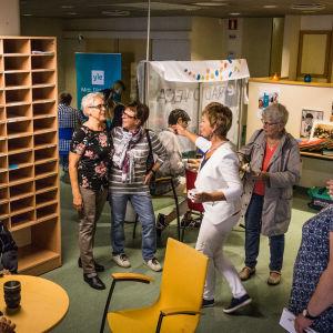 Människor på radioredaktion i Borgå.