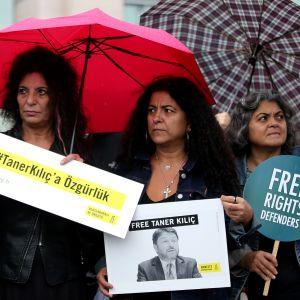Demonstranterna i Istanbul protesterade mot att Amnestys turkiska ordförande Taner Kılıç hålls fängslad i Izmir