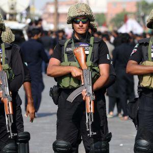 Pakistanska poliser har slagit en ring runt det kinesiska konsulatet i Karachi