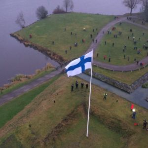 Finlands flagga vajar utanför Tavastehus slott.