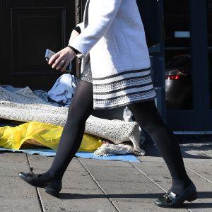 Koditon henkilö nukkuu Windsorin linnan edustalla lokakuussa 2018.