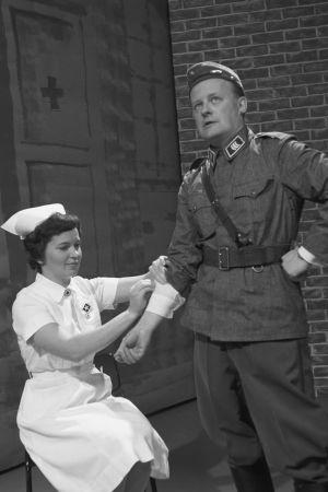 Paavo Einiö kersantin asussa sairaanhoitajan hoidettavana Iskelmäkarusellissa 1962.