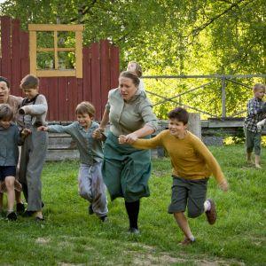 Barn och kvinnor springer i Lumpänglars väg.