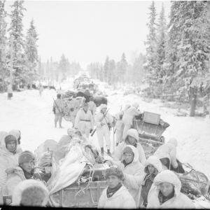 Sotasaalista Kiantajärven pohj.puolella. Kuvassa res.vänr. Niska ja Oikarinen. 29-12-39.
