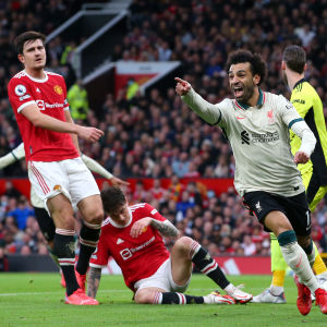 Mohamed Salah tuulettaa maalia Old Traffordilla. Taustalla pettyneitä Manchester Unitedin pelaajia.