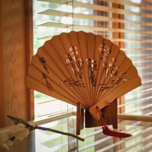 Puusta tehty viuhka lasivitriinin päällä