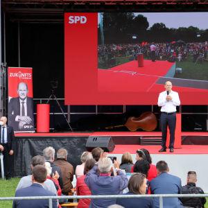 Olaf Scholz talar på ett valmöte i tyska Nürnberg.
