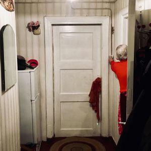 En äldre estnisk dam släcker lampan i sin tambur.