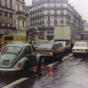 Katunäkymä. Katuliikennettä, autoja liikennevaloissa. Pariisi, Ranska.