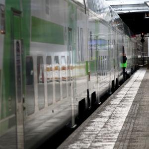 Kaukojuna asemalaiturilla Pasilassa.