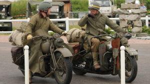 De historiska fordonen är en vanlig syn i somriga Normandie.