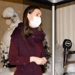 Ministeri Sanna Marin puhuu lehdistölle Säätytalon edessä.