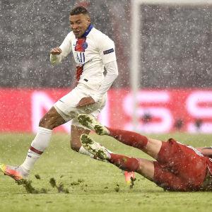 PSG:s Kylian Mbappé undviker en glidtackling i CL-kvarten mot Bayern München.