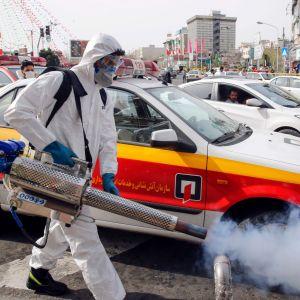 Iranska myndigheter försöker bromsa coronaviruset genom att desinficera gator
