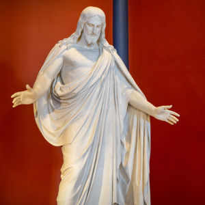 Kristusstatyn välkomnar till Lovisa kyrka.