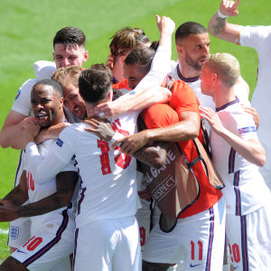 England firar mål.