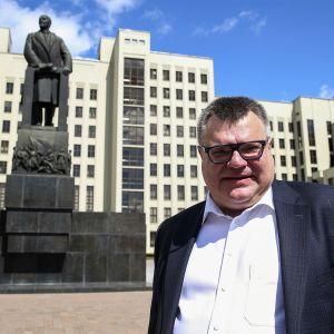 Babariko seisoo Valko-Venäjän vaalilautakunnan viraston edessä. Taustalla näkyy myös patsas.