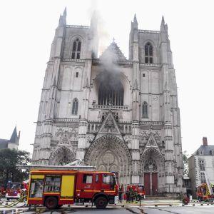 Brandkår och polis utanför katedralen i Nantes där en brand bröt ut 18.7.2020.