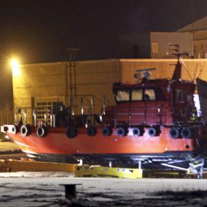 Den förlista lotsbåten står nu på land.