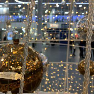 Julbelysning och prydnader inne i köpcentrum.