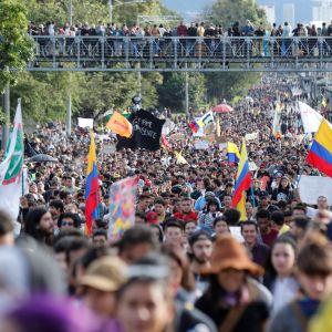 Tuhannet mielenosoittajat kerääntyivät keskiviikkona Kolumbian pääkaupungin Bogotán kaduille vastustamaan oikeistopresidentti Iván Duquen hallitusta.