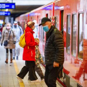 Resenärer med munskydd på metrostation.