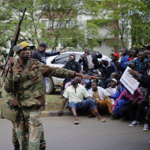 Soldater övervakar demonstration i Zimbabwes huvudstad Harare.