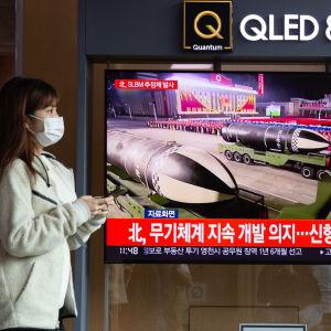 En kvinna i Seoul passerade en tv-skärm där det rapporterades om Nordkoreas senaste missiltest.