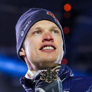 Iivo Niskanen med sin VM-medalj 2019.