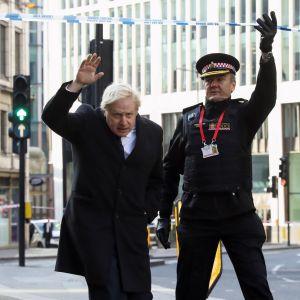 Storbritanniens premiärminister Boris Johnson och polischefen Ian Dyson besökte brottsplatsen på London Bridge på lördagen.
