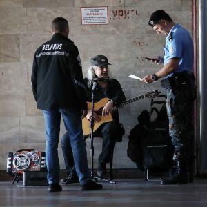 Belarusisk polis granskar en musikers dokument i Belarus huvudstad Minsk.