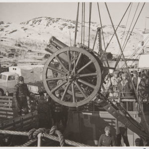 Tykkiä nostetaan laivasta Petsamon Liinahamarin satamassa maaliskuussa 1940.