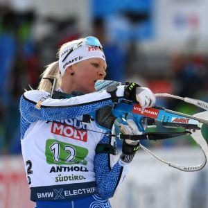 Kaisa Mäkäräinen plockar en reservpatron i VM i mixstafett i Anterselva.