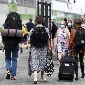 Matkustajia rauatieasemalla.