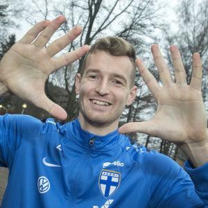 Lukas Hradecky visar upp sina händer mot kameran.