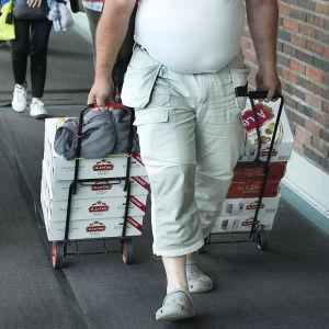 Resenär som har med sig alkoholdrycker från Estland.