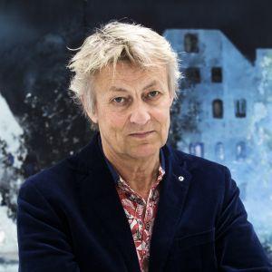 Lars Lerin framför sin tavla, tittar in i kameran