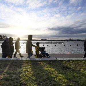 Promenerande människor i Helsingfors 1.1.2020