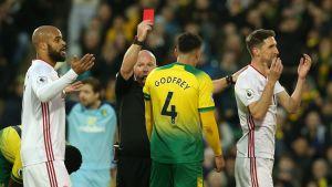 Domaren visar rött kort till Sheffield United.