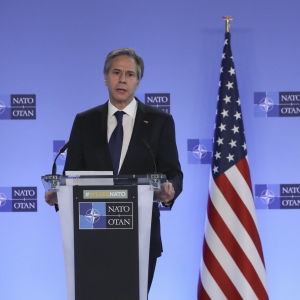 Antony Blinken på Natos högkvarter i Bryssel. Han står i en talarstol med Natos och USA:s flaggor i bakgrunden.