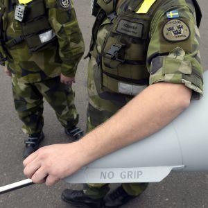 Svenska militärer vid ett Jas Gripen-plan.