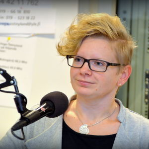 Katja Helenelund i radiostudiomiljö.